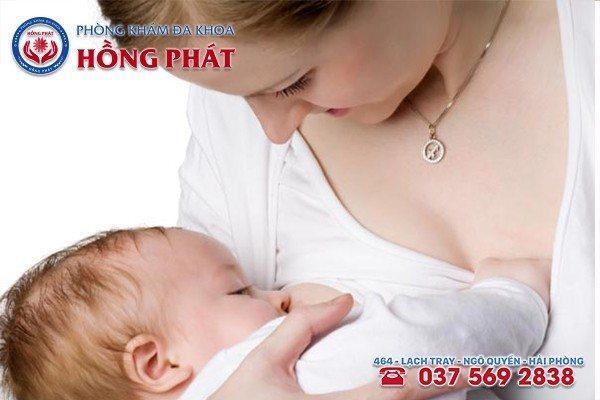 Nên cho trẻ bú hết sữa và luân phiên hai bên vú để tránh bệnh áp xe vú