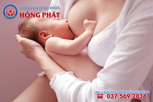 Có nhiều nguyên nhân dẫn đến tình trạng viêm tắc tuyến sữa ở nữ giới sau sinh