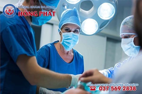Phẫu thuật mổ hở được áp dụng với những trường hợp thai ngoài tử cung đã bị vỡ