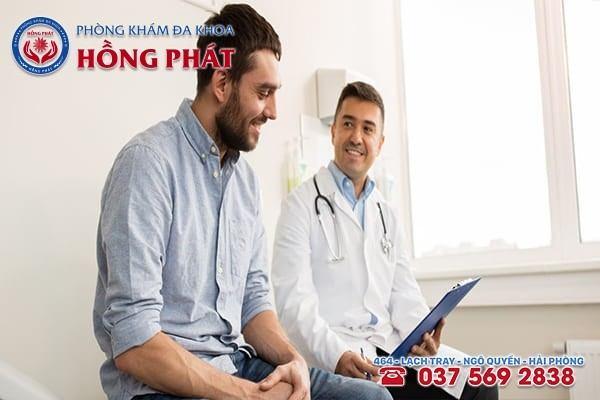Bác sĩ tiến hành thăm khám, tư vấn bệnh
